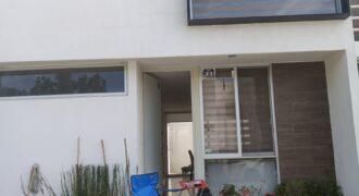 01865 SE VENDE HERMOSA CASA EN FRACCIONAMIENTO LA AURORA.